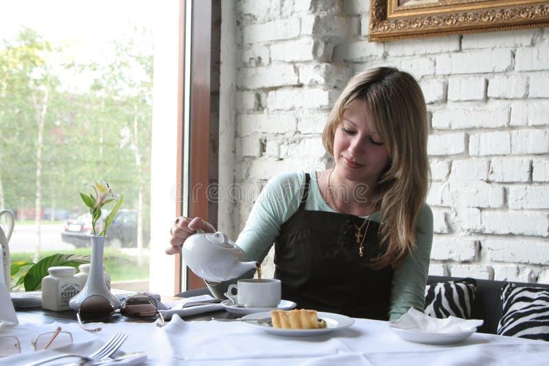 La ragazza in caffè fotografia stock