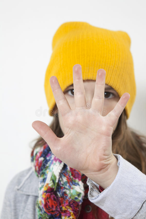 La ragazza in cappello giallo nasconde il suo fronte fotografia stock