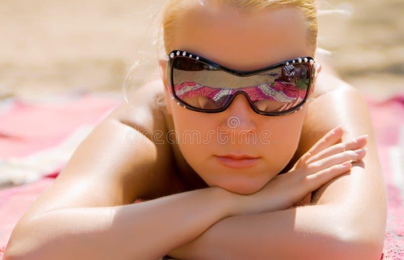 La ragazza cattura i bagni solari fotografia stock libera da diritti