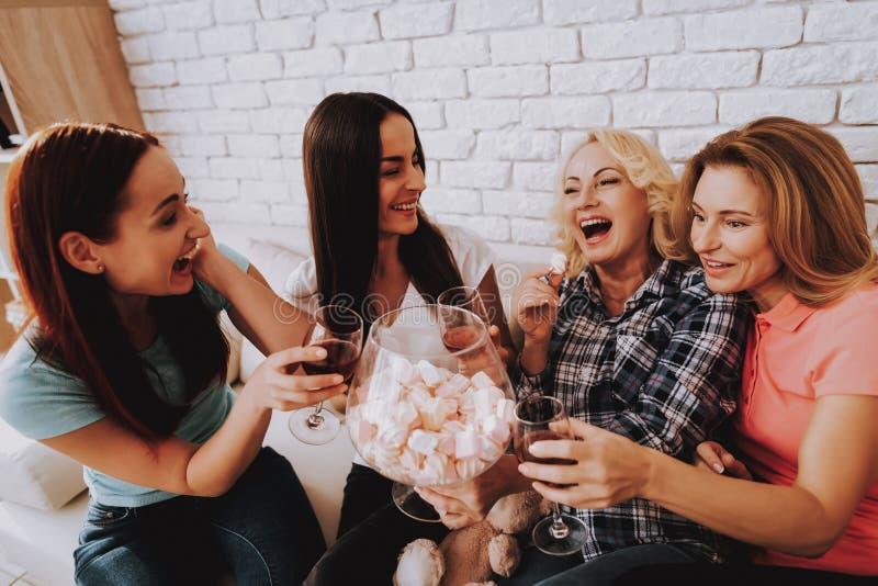La ragazza celebra l'8 marzo con amore Vino ed amore fotografie stock