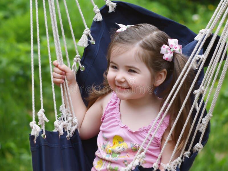 La ragazza che agita in un hammock fotografie stock
