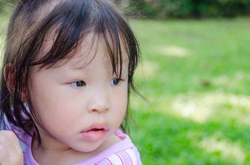 La ragazza che aspetta il suo genitore viene a casa immagine stock