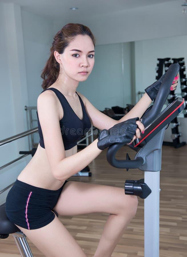 La ragazza che fa ciclismo dell'interno fotografie stock