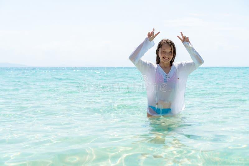 La ragazza che mostra le dita che fanno il segno di vittoria Concetto di viaggio e di libert? fotografia stock libera da diritti
