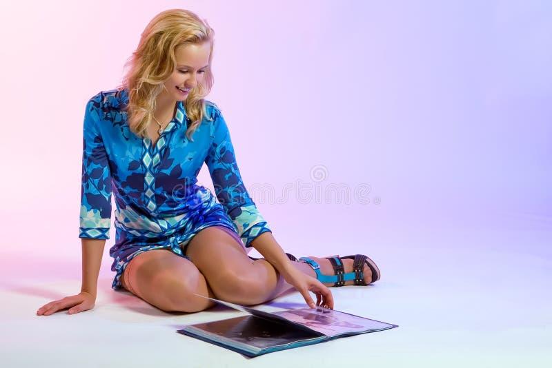 La ragazza che osserva attraverso uno scomparto di modo fotografia stock libera da diritti