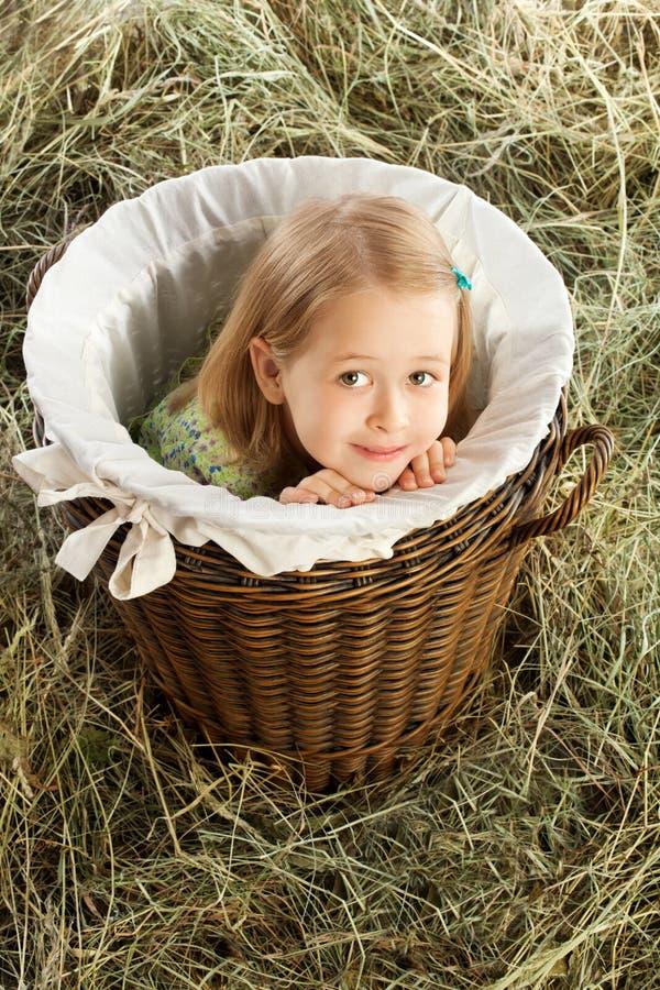 La ragazza che si siede nel carrello immagini stock libere da diritti