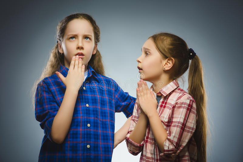 La ragazza chiede qualcosa da un'altra ragazza premurosa Concetto di comunicazione immagini stock