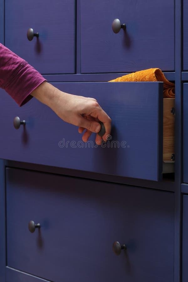 La ragazza chiude il cassetto immagini stock