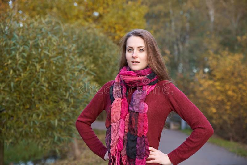 La ragazza con capelli lunghi e pelle bianca cammina nel parco di autunno, p immagini stock libere da diritti
