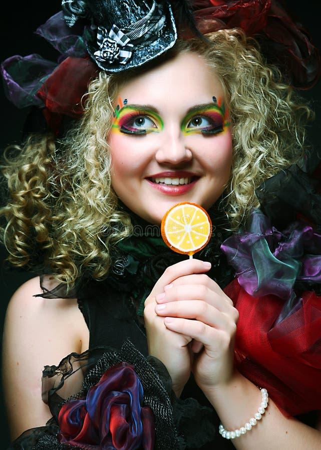 La ragazza con con trucco creativo tiene il lollipop immagine stock libera da diritti