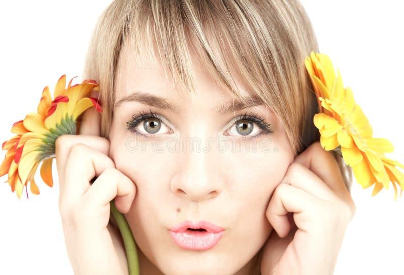 La ragazza con i fiori fotografia stock