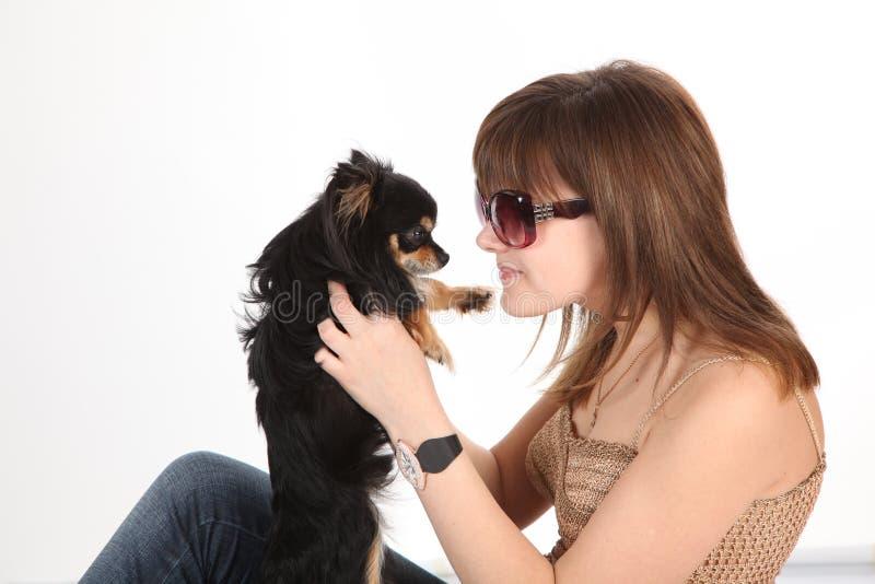 La ragazza con il cagnolino immagini stock