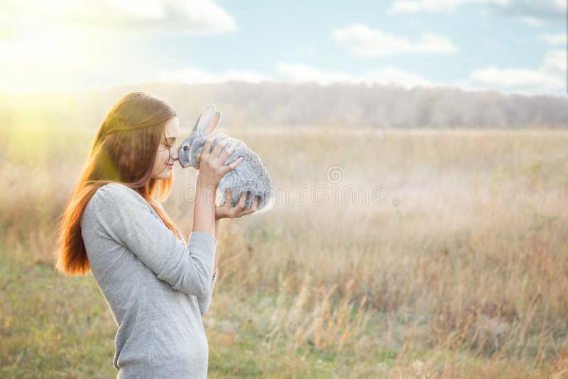 La ragazza con il coniglio felice fotografia stock