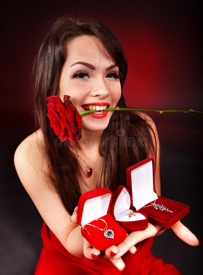 La ragazza con il contenitore di regalo dei monili, è aumentato. Giorno dei biglietti di S. Valentino immagine stock libera da diritti