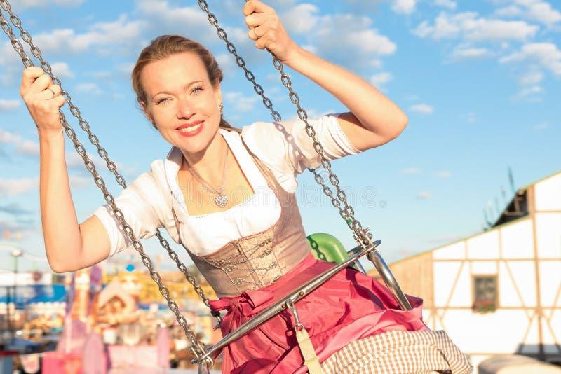 La ragazza con il dirndl fa il wiesn più oktoberfest in munic immagini stock libere da diritti