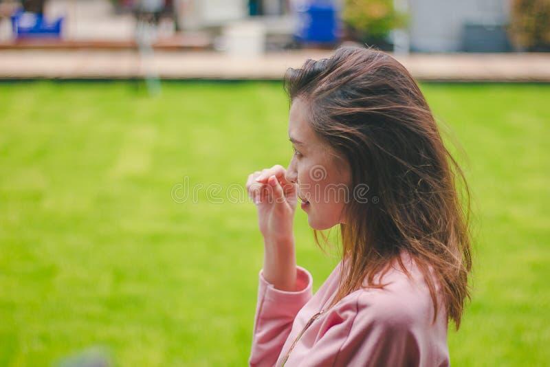 La ragazza con il vento che soffia i suoi capelli fotografia stock libera da diritti