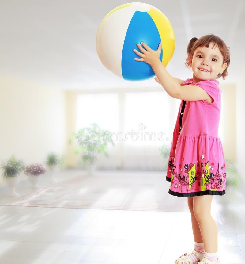 La ragazza con la palla girata obliqua fotografie stock libere da diritti