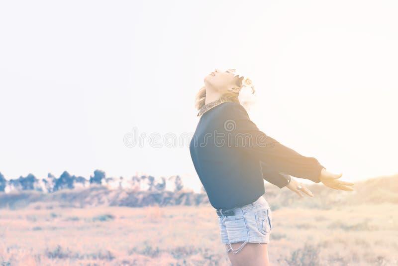 La ragazza con la natura e la bellezza dei terrazzi fotografie stock