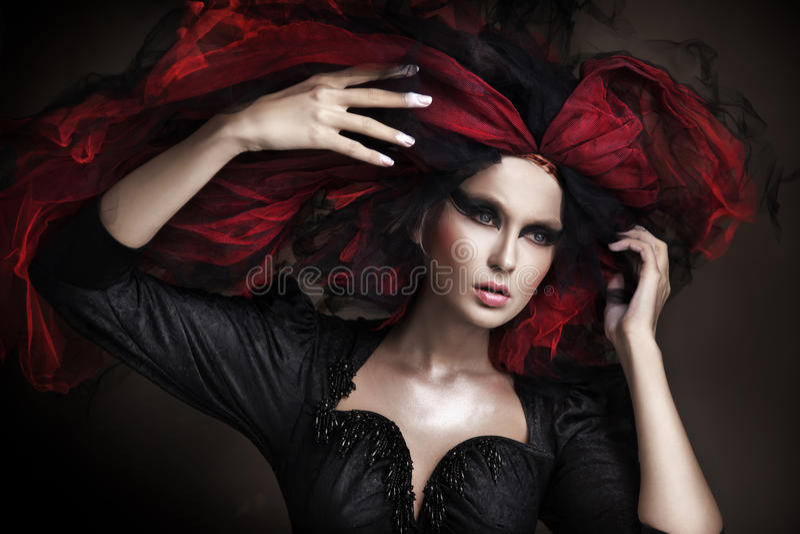 la ragazza con oscurità compone e stile stupefacente fotografia stock libera da diritti