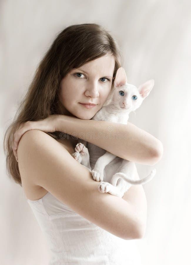 La ragazza con un gattino fotografia stock