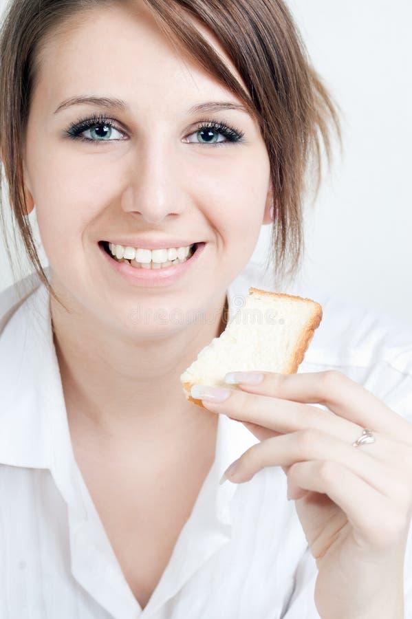 La ragazza con un pane ha affettato fotografia stock