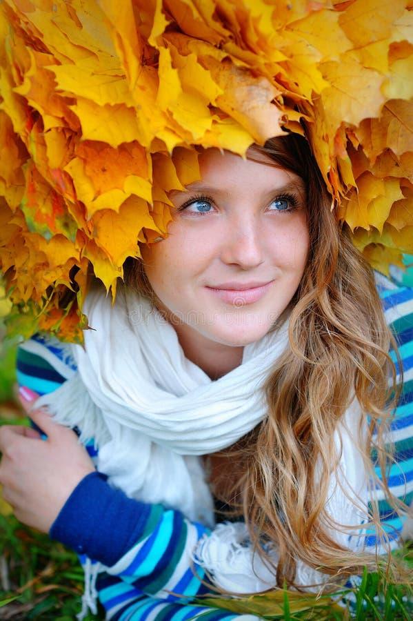 La ragazza con una corona da giallo va sulla testa immagine stock