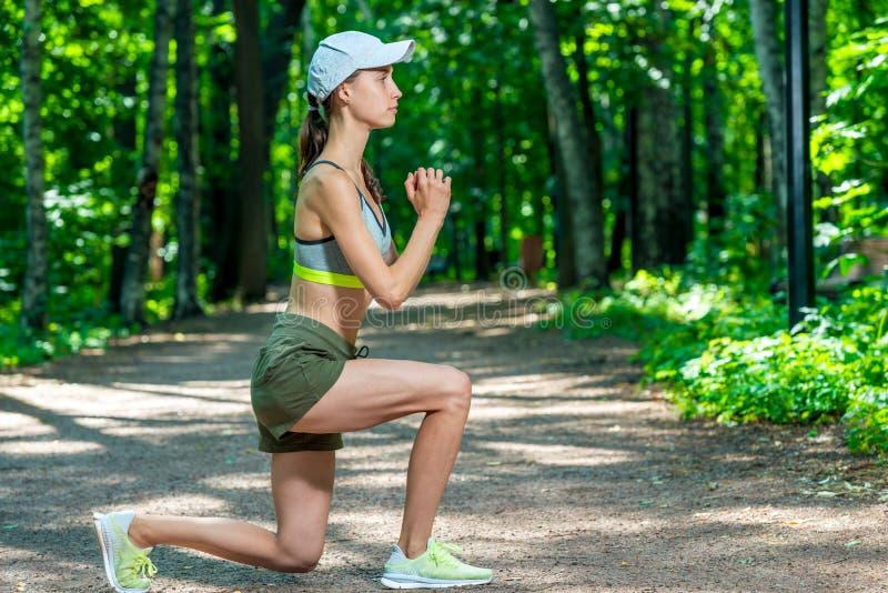 la ragazza con una figura sportiva si esercita immagine stock