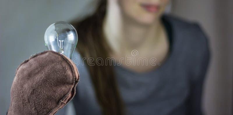 La ragazza con una lampada immagini stock