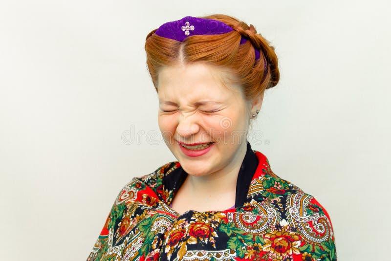 La ragazza con uno stile di capelli in uno stile dello slavo ride fotografie stock libere da diritti