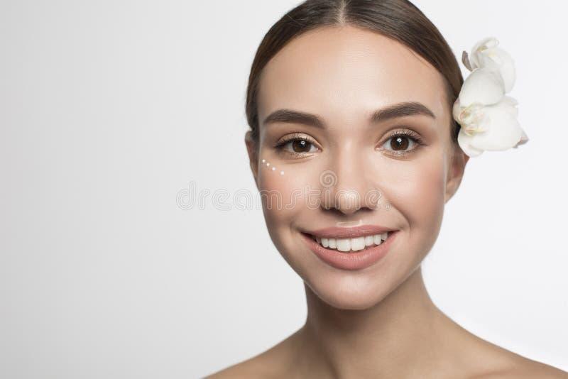 La ragazza contentissima sta posando con emulsione immagini stock
