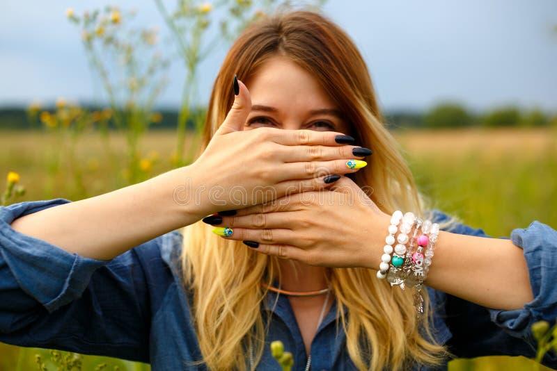 La ragazza copre il suo fronte di sue mani fotografia stock libera da diritti
