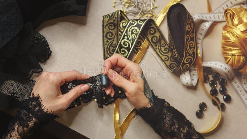 La ragazza cuce un vestito fotografie stock libere da diritti