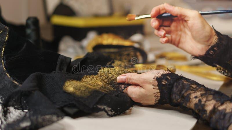 La ragazza cuce un vestito immagini stock libere da diritti