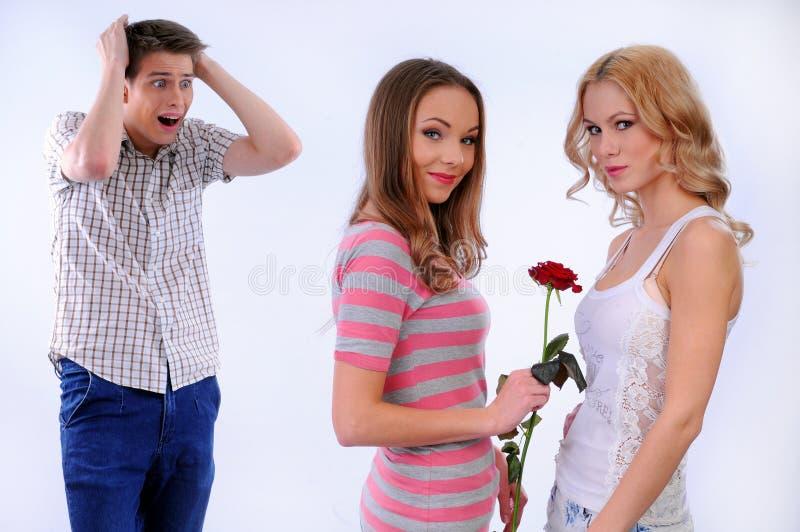 La ragazza dà ad un'altra ragazza un fiore immagini stock