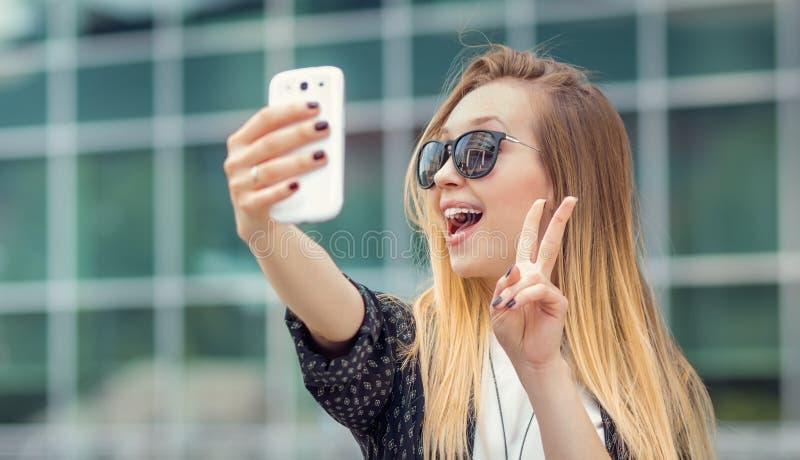 La ragazza d'avanguardia fa un selfie immagine stock libera da diritti