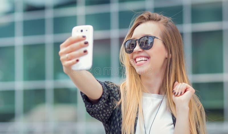 La ragazza d'avanguardia fa un selfie immagini stock