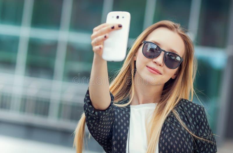 La ragazza d'avanguardia fa un selfie fotografie stock libere da diritti