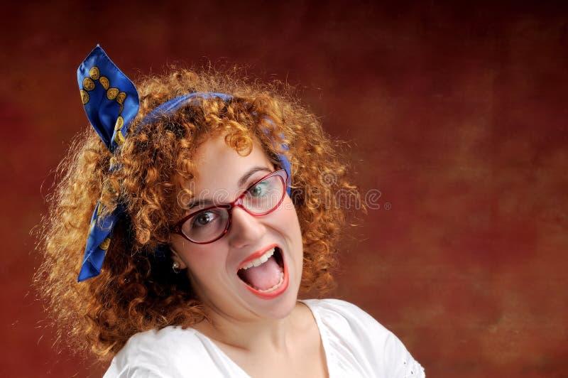 La ragazza dai capelli rossi divertente grida fuori fotografia stock