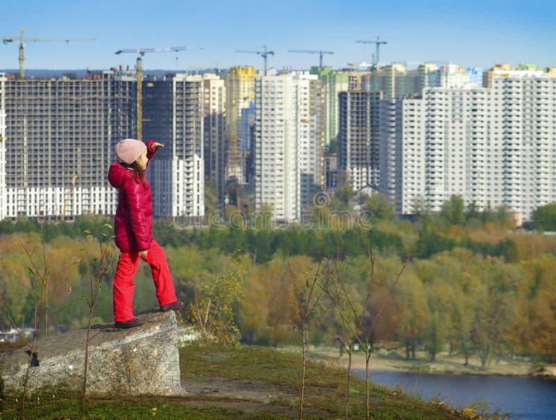 La ragazza dalla cima esamina la città di Kiev fotografia stock