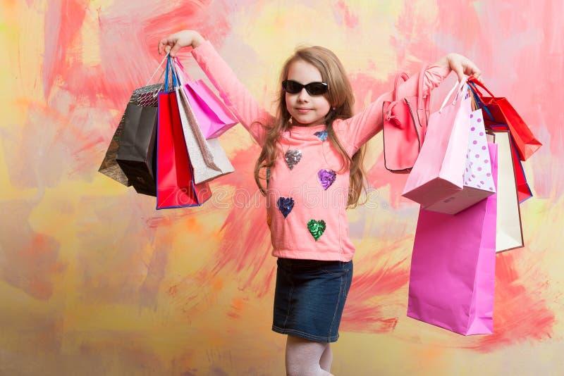 La ragazza del bambino con il presente ingrassa il fondo variopinto fotografia stock libera da diritti