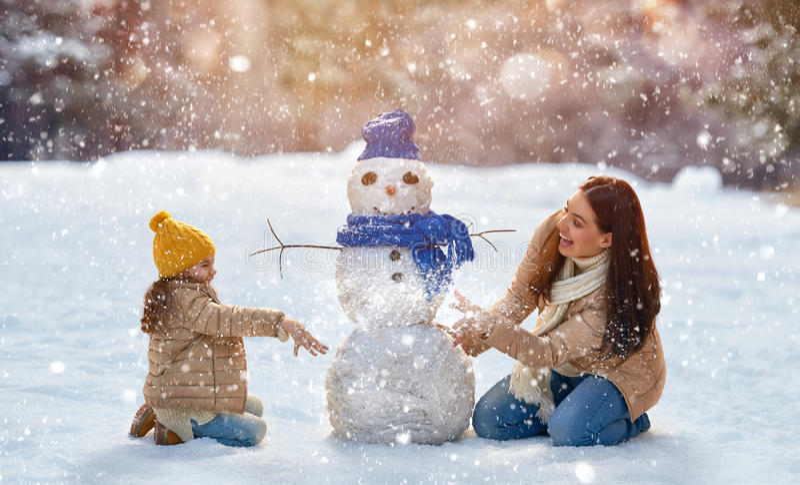 La ragazza del bambino e della madre su un inverno cammina in natura fotografie stock