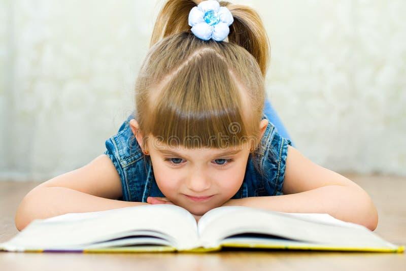 la ragazza del libro legge immagini stock libere da diritti