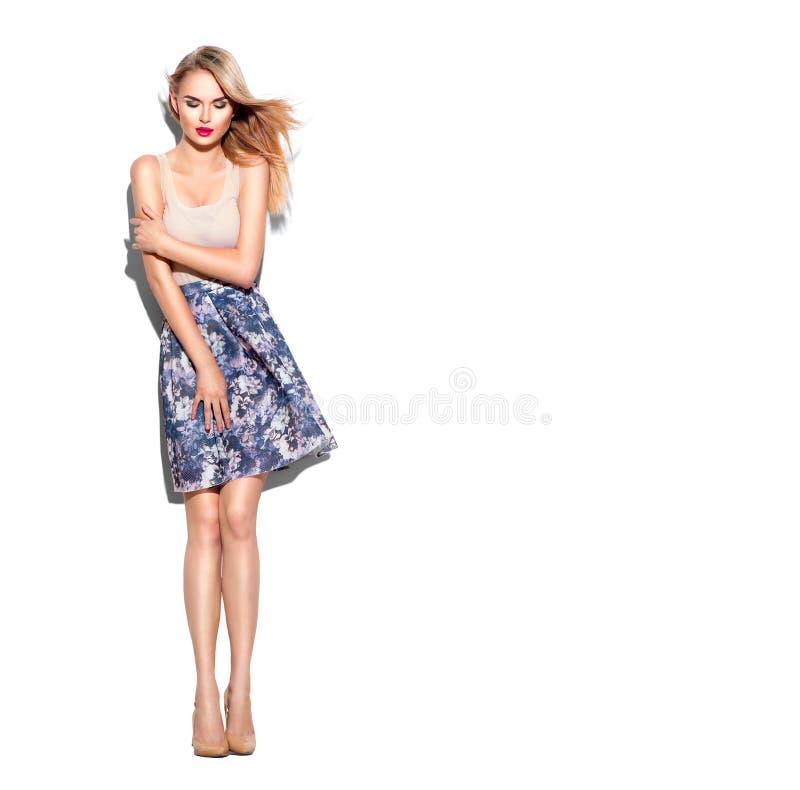La ragazza del modello di moda si è vestita in minigonna e nella cima beige immagine stock libera da diritti
