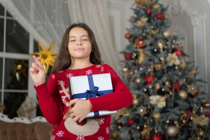 La ragazza del piccolo bambino gradisce il presente di natale La mattina prima di natale Festa di nuovo anno Nuovo anno felice Na immagini stock