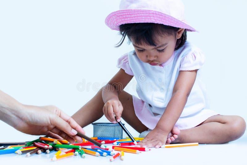 La ragazza della bambina è soddisfatta della coloritura immagine stock