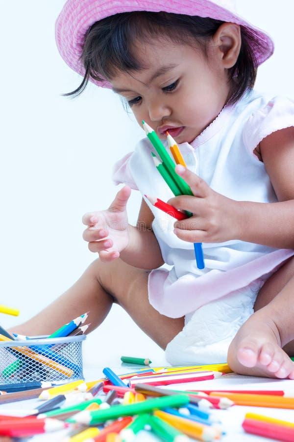 La ragazza della bambina è soddisfatta della coloritura fotografia stock