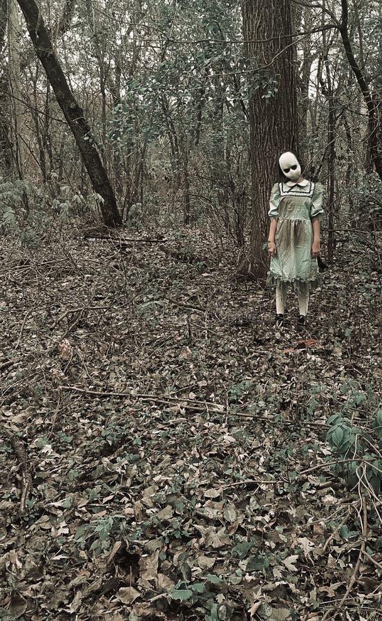La ragazza delle bambole spaventosa nei boschi immagine stock libera da diritti