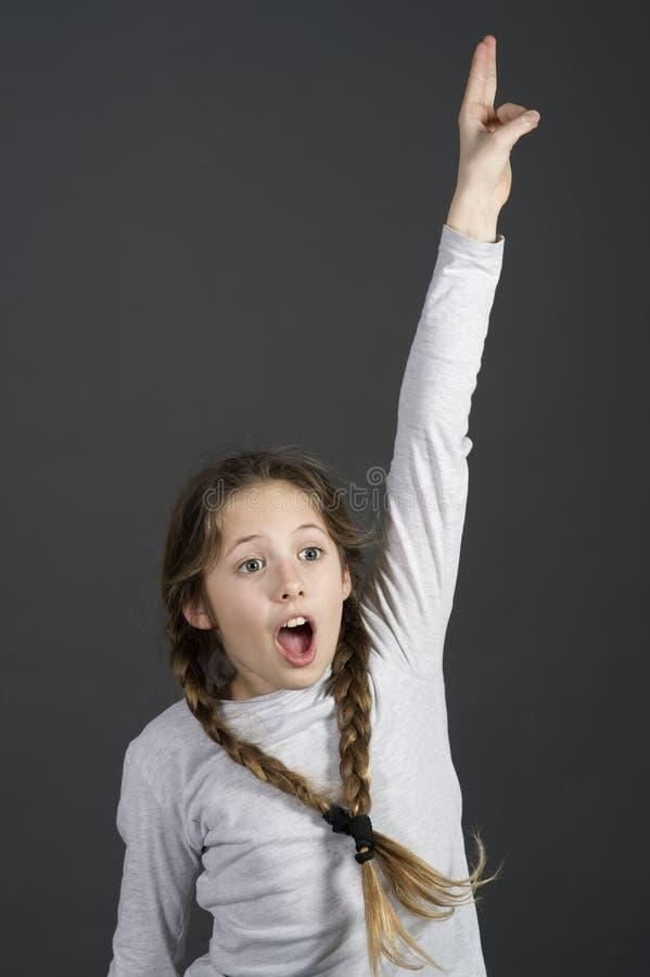 La ragazza dello studente dell'adolescente conosce la risposta con le mani su fotografia stock libera da diritti
