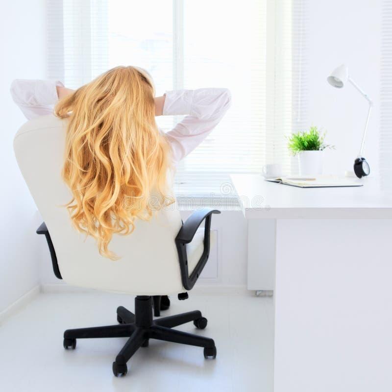 La ragazza di affari si rilassa immagine stock