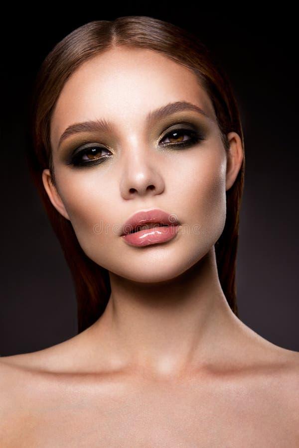 La ragazza di Beautyful con luminoso compone fotografie stock libere da diritti